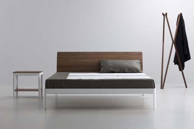 Plane struttura letto con testiera in noce. Design Luciano Bertoncini