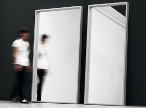 Extra Large specchio design di Luciano Bertoncini per Kristalia